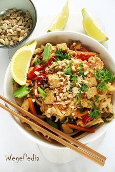Pad thai z tofu i warzywami, wegańskie i fit - WegePedia Asian Recipes, Healthy Recipes, Ethnic Recipes, Healthy Food, Curry Pasta, Simply Recipes, Finger Foods, Tofu, Food And Drink
