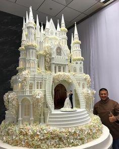 check out the detail on this enormous castle Wedding cake. Large Wedding Cakes, Unusual Wedding Cakes, Extravagant Wedding Cakes, Beautiful Wedding Cakes, Beautiful Cakes, Amazing Cakes, Crazy Wedding Cakes, Crazy Cakes, Fancy Cakes