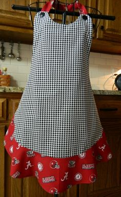Sewing Clothes Patterns I love the plain look of this apron which means you can actually use it for messy kitchen chores, but where is the pocket? Sewing Aprons, Sewing Clothes, Sewing Hacks, Sewing Projects, Apron Dress, Ruffle Apron, Red Apron, Cute Aprons, Apron Designs