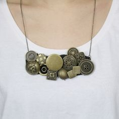 3 easy steps to show you how to DIY a stylish and easy carry button necklace! Time to rock your life with DIY! (in Chinese)