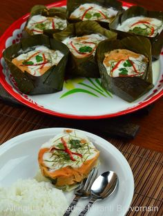 Hor Mok Thai fish cake with rice Healthy Thai Recipes, Indian Food Recipes, Asian Recipes, Thai Food Dishes, Best Thai Food, Hotel Food, Thai Street Food, Thai Cooking, Fish Curry