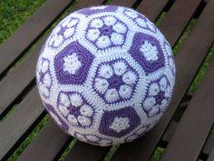 Crochet ball, with African Flower pattern Crochet Ball, Crochet Home, Crochet Gifts, Crochet Motif, Crochet For Kids, Knit Crochet, Crochet Patterns, Crochet African Flowers, Crochet Flowers