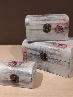"""""""baules fiori di rosa"""" Conjunto de tres baúles de madera tratados con chalk paint y decorados con la técnica del decoupage con motivos florales dándoles un toque de lo mas romántico manteniendo el estilo shabby chic.  se venden por separado   Medidas : baúl grande: 13,5 x 17,5 x 10 cm  baul mediano : 14 x 10 x 8 cm baúl pequeño : 10 x 7 x 6 cm  Si tienes alguna consulta o deseas realizar una petición especial, no dejes de contactar , estaré encantada de atenderte! Shabby Chic Boxes, Shabby Chic Bedrooms, Decoupage Jars, Vintage Suitcases, Wooden Jewelry Boxes, Pretty Box, Vintage Box, Hand Painted Furniture, Wooden Hearts"""