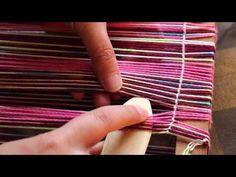 Este vídeo es sobre Urdido de bastidor parte 2 (Urdimbre de un solo material, y lizos separados para tafetán y reps de urdimbre).