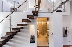 Elegáns belső kétszintes tetőtéri lakás - tágas térszervezéssel, letisztult lakberendezéssel