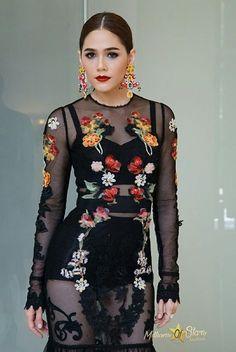 Chompoo Chompoo Araya, Painted Denim Jacket, High Neck Dress, Singer, Women's Fashion, Fancy, Actresses, Personal Style, Mystery