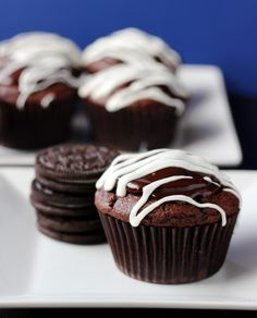 Oreo Hostess Cupcake by Your Cup of Cake This woman has the best cupcake recipes hands down! These Oreo cupcakes are my go to and are definitely popular. Homemade Desserts, Köstliche Desserts, Delicious Desserts, Yummy Food, Tasty, Hostess Cupcakes, Yummy Cupcakes, Making Cupcakes, Mocha Cupcakes