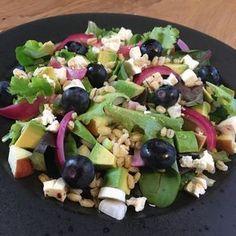 Fantastisk lækker blandet salat med syltede rødløg, bagte cherrytomater, fetaost og ristede pinjekerner. Perfekt til næsten en hvilken som helst middagsret. Raw Food Recipes, Salad Recipes, Vegetarian Recipes, Healthy Recipes, Vegetarian Dish, Fruit Salad, Cobb Salad, Recipes From Heaven, Food To Make