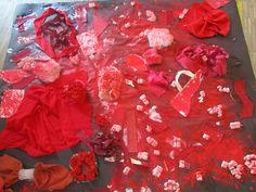 Collage amb diferents materials en colors vermells