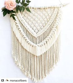 Wall hanging with flowers Macrame Projects, Diy Craft Projects, Boho, Macrame Wall Hanging Diy, Deco Boheme, Macrame Tutorial, Macrame Knots, Macrame Patterns, Yarn Crafts