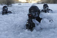 About 200 of South Korea's Special Warfare Command soldiers participated in this routine two-week winter drill. South Korea's special forces trudge through frozen river, ski with rifles in extreme winter weather training. Military Photos, Military Police, Military Art, Military Personnel, Ghost Soldiers, Special Operations Command, Canadian Army, Military Special Forces, Special Ops