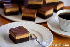 Buckeye Brownies er en himmelsk god, amerikansk klassiker! Her er bløt, mørk sjokoladebrownies forenet med peanøttkrem og melksjokoladeglasur..... ah, nam! GOD HELG, DERE!