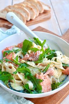 Deze romige pasta met zalm en courgette is makkelijk om te maken, snel klaar en … This creamy pasta with salmon and zucchini is easy to make, quick and super tasty. Pasta Recipes, Salad Recipes, Pasta Plus, Seafood Diet, Salmon Pasta, Diner Recipes, Healty Dinner, Vegetarian Recipes, Healthy Recipes