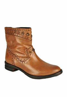 Feel on the top of the world when you wear this pair of boots from the house of Salt N Pepper. Flexible and hard wearing, the sole of this pair is crafted using Thermoplastic Rubber sole will keep your feet comfortable all day long.