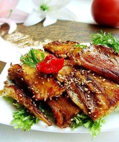 Cá khô chiên vừng là món ăn vặt được nhiều người yêu thích. Đặc biệt với những người lười ăn cá, món ăn vặt dễ thương này sẽ khiến bạn dễ dàng đón nhận món cá hơn. - Emdep.vn