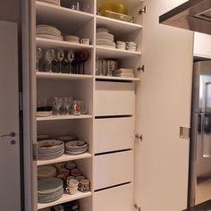 Dica de organização para quem deseja praticidade na cozinha. Os armários e prateleiras são ideais ...