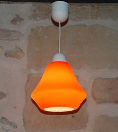 Lampe suspension opaline orange de 1960. Cette lampe en forme