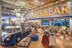 Pull and Bear, la marca joven del Grupo Inditex, ha abierto una nueva tienda flagship en la Calle Hermosilla de Madrid, en pleno Barrio de Salamanca, el distrito comercial más prestigioso y cotizad…