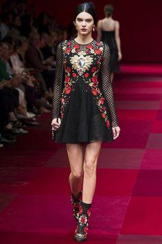 Kendall Jenner  défilé Dolce & Gabbana printemps-été 2015 http://www.vogue.fr/mode/mannequins/diaporama/kendall-jenner-meilleurs-looks-de-dfil-fashion-week-chanel-givenchy-balmain/22675#kendall-jenner-le-dfil-dolce-gabbana-printemps-t-2015