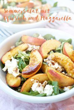 Sommersalat mit gebratenem Pfirsich und Mozzarella
