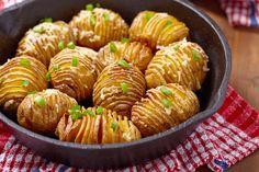 O nome pode ser difícil, mas o seu preparo é mais simples do que imagina: vem conferir como fazer batatas hasselback super saborosas!