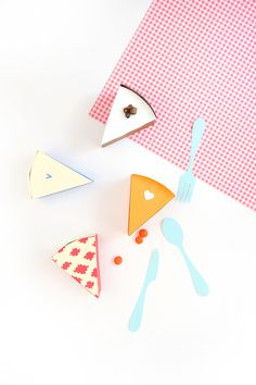 You'll get just the right slice of pie with these Perfect Pie Piece Treat Boxes. This is one of the best treat box ideas for candy or small baked goods. Diy Gift Box, Diy Gifts, Diy Box, Diy Paper, Paper Crafts, Ice Cream Crafts, Thanksgiving Diy, Gift Bows, Good Tutorials