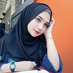Gambar mungkin berisi: 1 orang Beautiful Hijab Girl, Beautiful Muslim Women, Hijab Niqab, Hijab Chic, Arab Girls Hijab, Muslim Girls, Hijabi Girl, Girl Hijab, Arabian Women