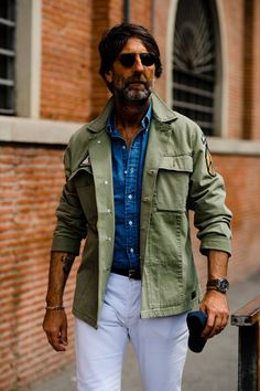 Pitti Uomo is well underway and we're taking to the streets with Robert Spangle to bring you all the well-dressed men who are getting it just right in the Florence heat. Cool Street Fashion, Street Style, Italian Mens Fashion, Middle Age Fashion, Mens Casual Suits, Sweat Gris, London Fashion Week Mens, Olive Jacket, Army Shirts