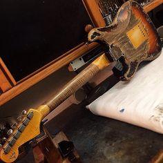 Here's the flip side of that last STRAT. Built for Gitarren Studio . Guitar Shop, Cool Guitar, Guitar Art, Vintage Bass, Vintage Guitars, Stratocaster Guitar, Fender Guitars, Fender Custom Shop, Custom Guitars