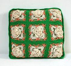 Coussin vert et blanc : Petit coussin décoratif super vintage, en tissus vert d'eau, entièrement recouvert de laine crochetée : carrés de fleurs blanches en volume d'un côté, tricot vert de l'autre.