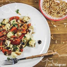 Caprese-Salat ist einfach lecker und passt mit seinen frischen Zutaten perfekt zum Sommer. Kombiniert mit Hähnchen und Pesto wird aus dem Salat ein tolles und unkompliziertes Hauptgericht. Gesund, intensiv im Geschmack und in nur 20 Minuten zubereitet. Sehr proteinreich und nur 10g Kohlenhydraten pro Portion.