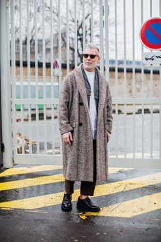 Street looks from Paris Menswear Week Fall/Winter Fashion week homme Men Street Look, Street Looks, Street Style, Nick Wooster, Fashion Week Hommes, La Fashion Week, Older Mens Fashion, Best Mens Fashion, Looks Cool
