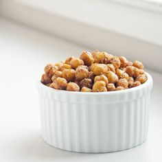 Crave-Worthy Crunchy Mediterranean-Spiced Chickpeas: Equally appropriate as a snack or a party appetizer, these za'atar- and cumin-spiced roasted chickpeas are a versatile nibble you'll make time and time again. Garbanzo Bean Recipes, Chickpea Recipes, Dog Food Recipes, Snack Recipes, Cooking Recipes, Zatar Recipes, Top Recipes, Party Recipes, Appetizer Recipes