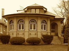 Octagon bungalow in Chicago. So lovely. I used to see these in SG. Not anymore.