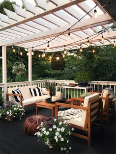 Pretty backyard pergola with vines, string lights and greenery. Great backyard design for parties. Home design decor inspiration ideas. Design Eclético, Patio Design, Home Design, Design Ideas, Exterior Design, Terrace Design, Creative Design, Design Trends, Pergola Patio