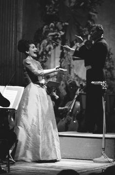 MARIA CALLAS A PARIS POUR UN CONCERT UNIQUE A Paris, ville où elle avait choisi d'habiter, avenue Georges-Mandel dans le XVIe arrondissemen.la diva donne un concert exceptionnel. 05/06/1963 photo :Jean Tesseyre