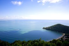 A Praia das Laranjeiras, no Balneário do Camboriú, é um destino espetacular para viajar na lua de mel! Atraindo milhares de visitantes, o paraíso natural é banhado por águas cristalinas, de um azul único. Não perca tempo! Conheça já! http://www.clickbus.com.br/pt/catarinense