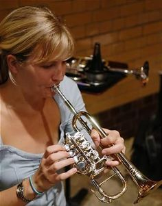 Alison Balsom, an excellent classical trumpeter. Brass Musical Instruments, Brass Instrument, Trumpet Mouthpiece, Trumpet Music, Trumpet Players, Rockabilly Cars, How To Express Feelings, Oboe, Bands
