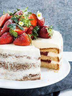 Vanille mit einem Hauch Holunderblüte und saftig süßen Erdbeeren, zusammen als Naked Cake, also eine Torte, die nicht so unheimlich pomp...