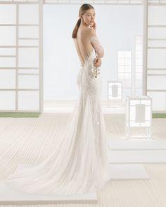 Vestido de novia silueta de pedrería y tul con escote corazón y espalda muy pronunciada, en color natural/nude.