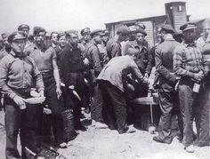 Noviembre 1936.Cerca de la Estación del Norte.Ferroviarios recibiendo el rancho. | por J.L.Caro