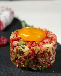 Tartar de fuet con yema curada [#Asaltablogs] | Con un par de guindillas | Gastronomía, viajes, salud y nutrición Steak Tartare, Food Decoration, Heart Healthy Recipes, Appetisers, Aesthetic Food, Food Plating, Appetizer Recipes, Good Food, Food And Drink