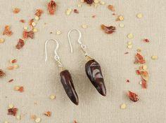 Do It Yourself: Ohrringe aus getrockneten Chilis herstellen. DIY-Anleitung via DaWanda.com