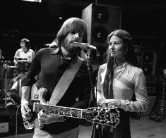 I respect the bands choice but I am not a fan of Donna's input in the Dead. I find her voice unpleasant. Bobby and Donna Jean Dead Pictures, Dead Images, Grateful Dead Image, Phil Lesh And Friends, Mickey Hart, Jerry Garcia Band, Famous Guitars, Bob Weir