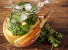 Águas Aromatizadas  1 unidade de grapefruit     1 unidade de limão siciliano     1 unidade de lima da Pérsia    1 maço de hortelã fresca    1/2 xícara (chá) de gengibre fresco cortado em fatias