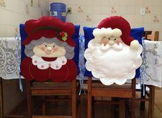 2 Capas para cadeira Natal Christmas Crafts For Gifts, Felt Christmas Ornaments, Christmas Sewing, All Things Christmas, Christmas Home, Christmas Stockings, Christmas Holidays, Christmas Decorations, Xmas