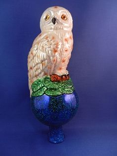 Amazing and unusual Christmas tree topper. White Owl Tree topper by Old World Christmas. I can see this on a Halloween tree as well.