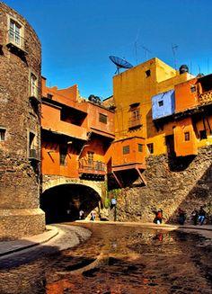 Es posible que sientas que te pierdes en las callecitas de Guanajuato, pero... ¡qué importa! Es un deleite disfrutar de esos edificios coloridos, coloniales e imponentes Vive un #BestDay en #Guanajuato #OjalaEstuvierasAqui