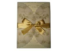 Convite de casamento com traços de rosas em relevo no papel vegetal