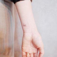 tatouage-poignet-discret-planète-étoiles-style-minimaliste